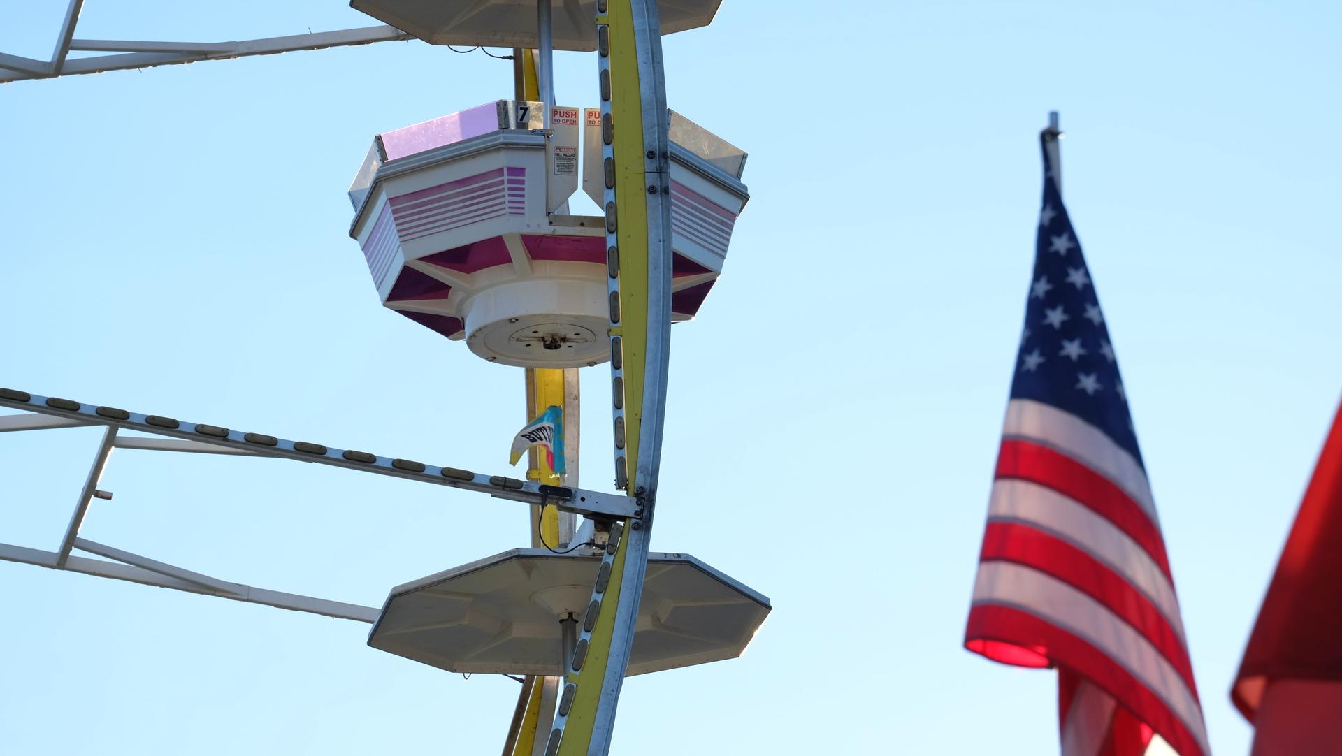Ferris wheel bucket   tschat, ferris wheel, American, flag