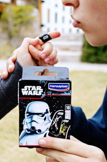Kids smile with Hansaplast Star Wars/Frozen example photo